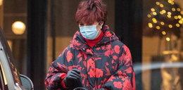 Jolanta Kwaśniewska zadała szyku na chodniku. W kołderce na miasto