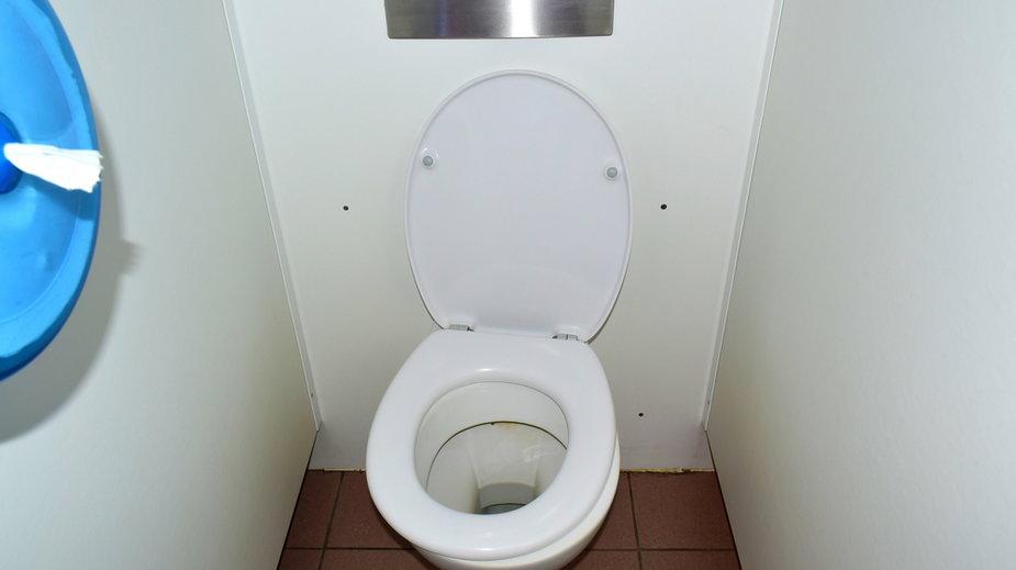 Wlej do toalety płyn do mycia naczyń i zalej gorącą wodą