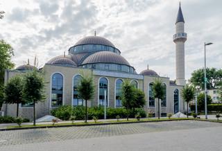 Francja: Szef MSW zapowiada kontrolę blisko 90 meczetów
