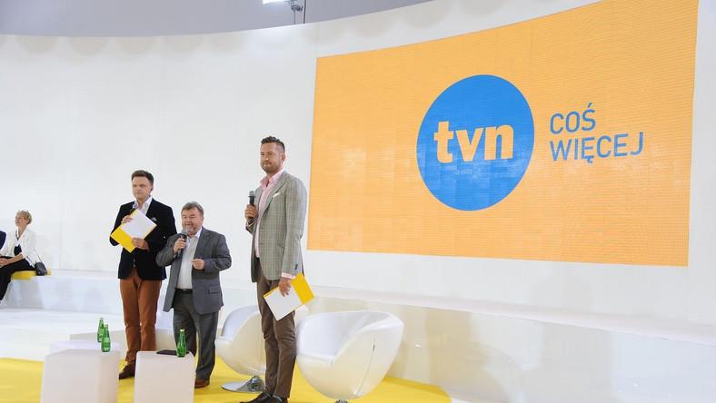 Sprzedaż TVN następowała partiami. Przeanalizowanie finansowych transakcji i zawiłych zależności między spółkami ITI w to zaangażowanymi stanowi nie lata wyzwanie. Bez wnikania w szczegóły - w efekcie porozumienia z Grupą Canal Plus Francuzi najpierw przejęli platformę n, po to by połączyć ją ze swoim Cyfrą+, a potem przejęli mniejszościowy pakiet udziałów w TVN. Pozostałe 51 proc. udziałów czeka właśnie na właściciela.