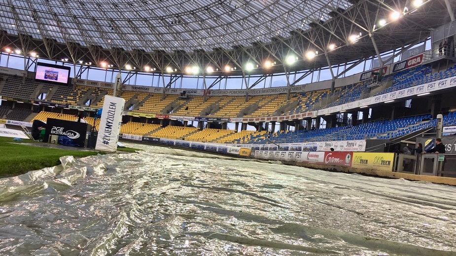 W Toruniu w rozegraniu meczu mogą pomóc dach i folia na torze