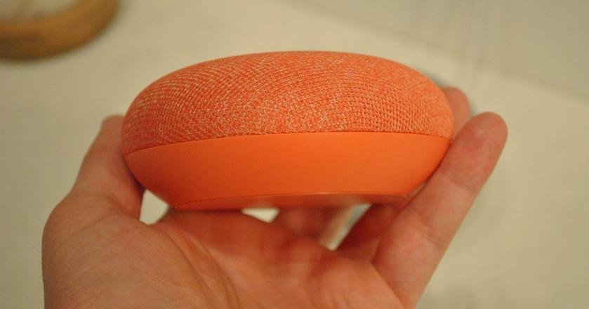 Google Home Mini w koralowym kolorze