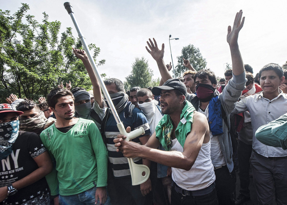 SERBIA HUNGARY REFUGEES MIGRATION CRISIS (Refugees at Hungarian border with Serbia)