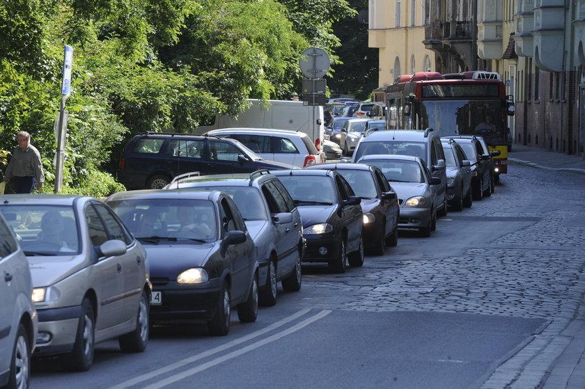 Samochody stoją w korku na ul. Parkowej