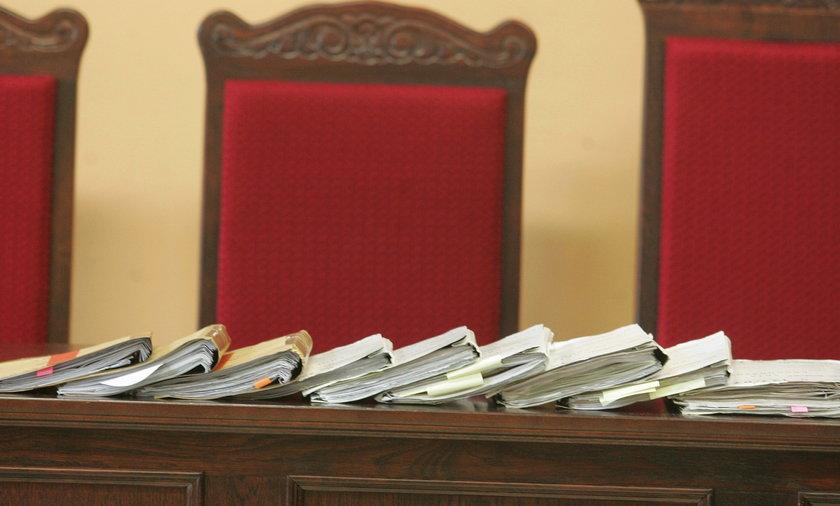Akta na biurku sądu