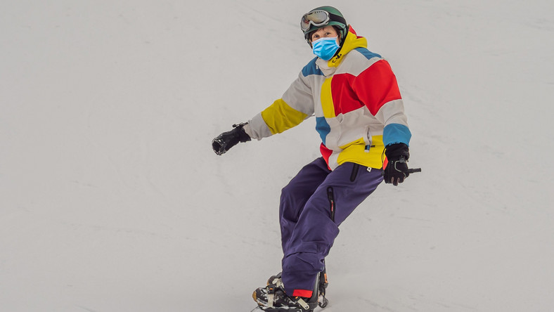 Mężczyzna na snowboardzie, stok narciarski