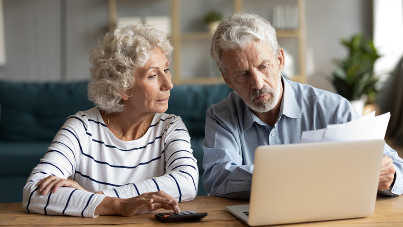 14 emerytura 2021 czternastka czternasta emeryci wypłata wniosek małżeństwo kalkulator laptop senior