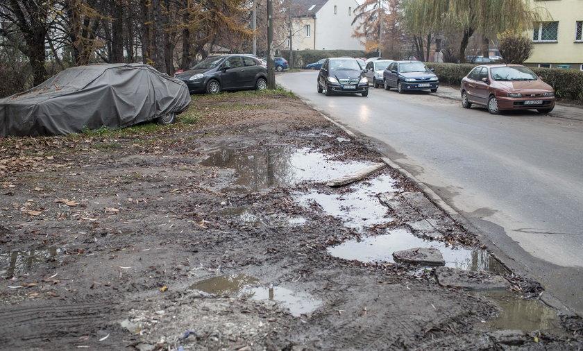 Przez brak parkingów