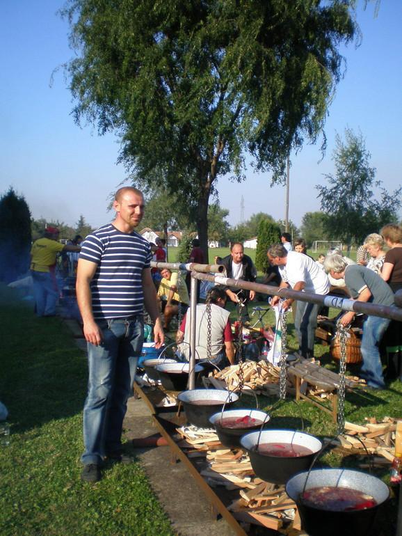 Marin Kovač na takmičenju u kuvanju jela u kotlu