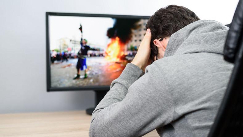 Mężczyzna i przemoc na ekranie telewizora
