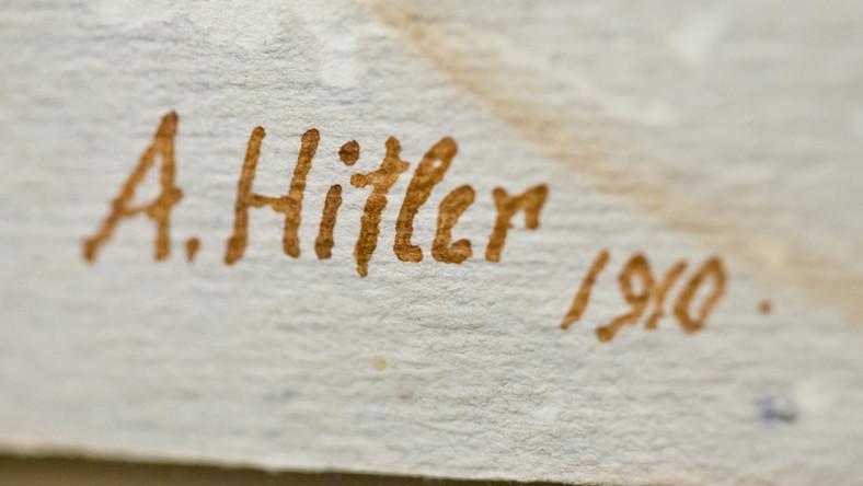 Inny z obrazów Adolfa Hitlera, przedstawiający bukiet kwiatów, nosi wyraźny podpis i datę. Dzieło to powstało w czasie, gdy młody Hitler, pozbawiony środków do życia, radykalizował się i coraz mocniej interesował polityką/B>. Wkrótce zacznie tworzyć podwaliny pod nową partię, która w 1933 roku przejmie władzę w Niemczech...
