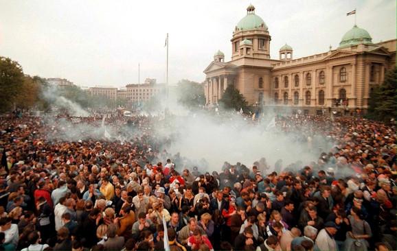 Peti oktobar, masovni protesti ispred skupštine