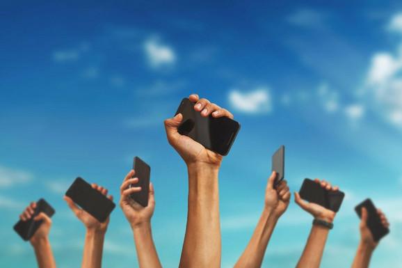 Sa pametnim telefonima drže vas svakog budnog trenutka, kaže Rodžer Meknami, jedan od prvih investitora u FB