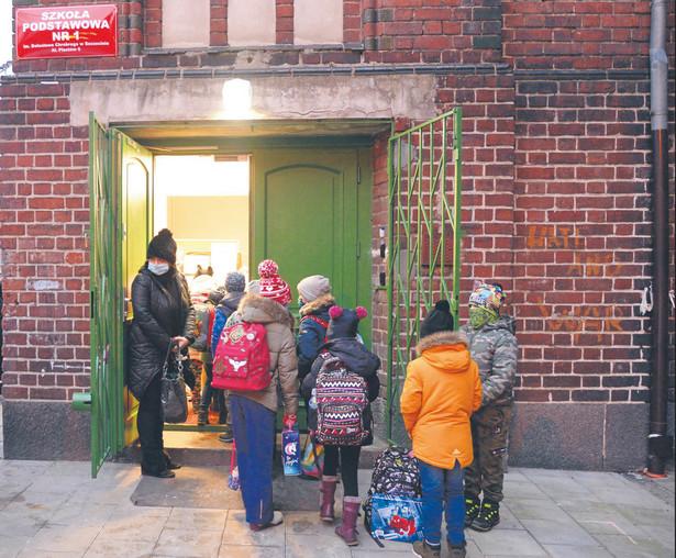 Wczoraj uczniowie klas I–III szkół podstawowych rozpoczęli naukę w tradycyjnej formie.