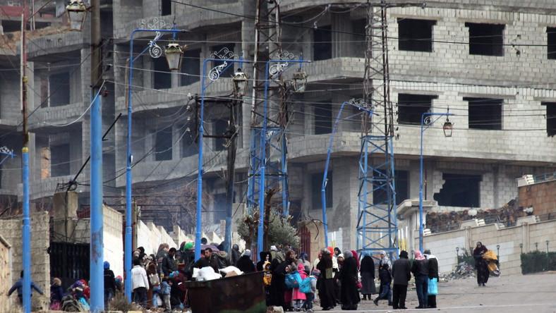 Syryjczycy odbierają pomoc na przedmieściach Damaszku