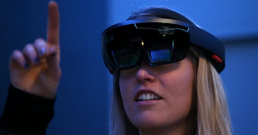 Microsoft HoloLens, gogle rozszerzonej rzeczywistości - to jeden z pierwszych przykładów urządzeń postsmartfonowej epoki