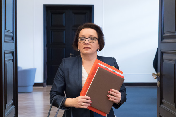 """""""Podzielam Państwa zdanie, że prace nad projektami o szerokim oddziaływaniu, a także projektami budzącymi silne emocje w społeczeństwie powinny być poddawane rzetelnym i powszechnym konsultacjom publicznym. Tak też się stało w przypadku poselskich projektów dotyczących systemu oświaty"""" - napisała w środę minister edukacji w odpowiedzi na to stanowisko.Anna Zalewska"""