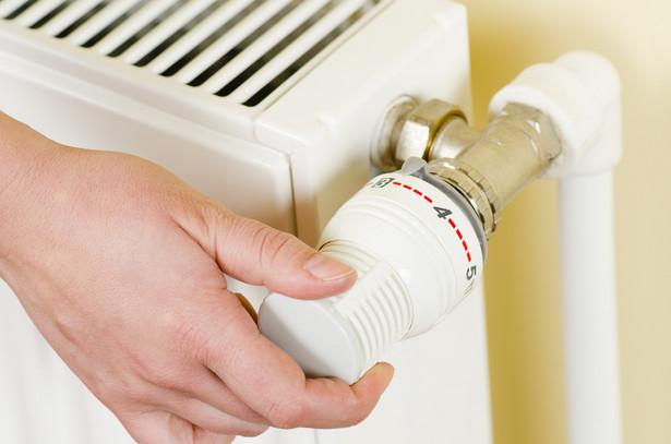 Obniż temperaturę Po pierwsze warto nie przegrzewać domu. Komfort dzienny zapewnia już 20 st. C, w nocy kilka stopni mniej. Szacuje się, że obniżenie temperatury o 1 st. C powoduje oszczędności rzędu 5-6 proc.