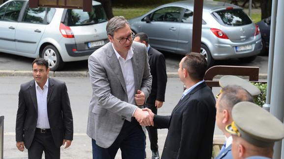 Predsednik je internat obišao u društvu ministra odbrane