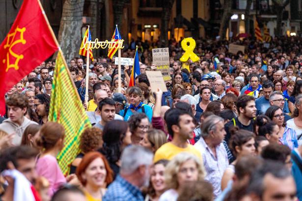Szef MSW Hiszpanii przekonuje, że za zamieszkami stoi grupa czterystu osób. Nie zamierza iść wobec nich na żadne ustępstwa.