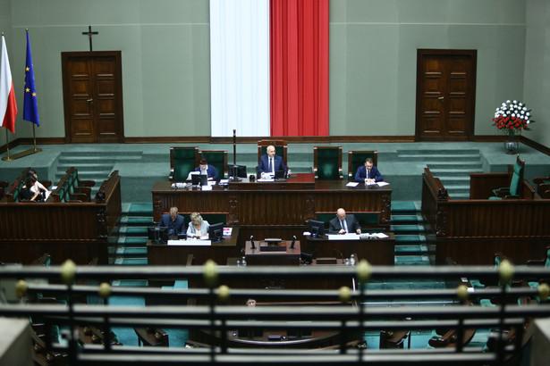 Sejm we wtorek przeprowadził drugie czytanie projektu nowej ustawy o TK - powstałego po rozpatrzeniu projektów PiS, PSL, Kukiz'15 oraz obywatelskiego projektu zgłoszonego przez KOD. Za bazowy projekt jeszcze podczas prac podkomisji uznano propozycje PiS.