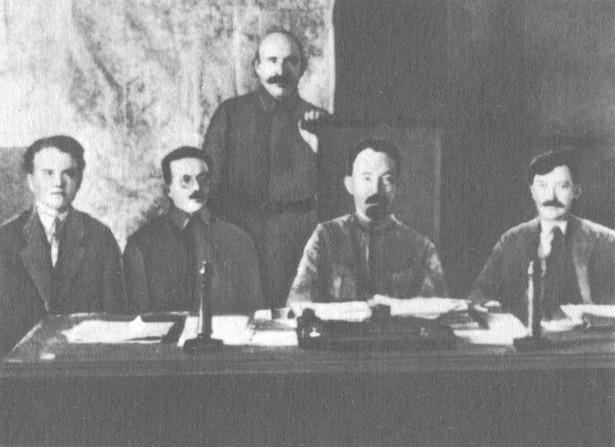Kierownictwo WCzK (od lewej): Jēkabs Peterss, Józef Unszlicht, Abram Bieleńkij, Feliks Dzierżyński i Wiaczesław Mienżynski, 1921 r.