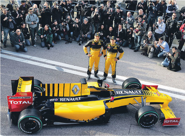 Robert Kubica i Witalij Pietrow i zaprezentowali wczoraj w Walencji w barwach Renault.