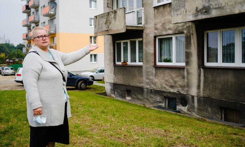 Elżbieta Marcińska (67 l.) mieszka w bloku przy ul. Bytkowskiej 68 w Katowicach. Jej blok obecnie należy do miasta. W  tle taki sam blok, ale wyremontowany,  należący do wspólnoty mieszkaniowej.