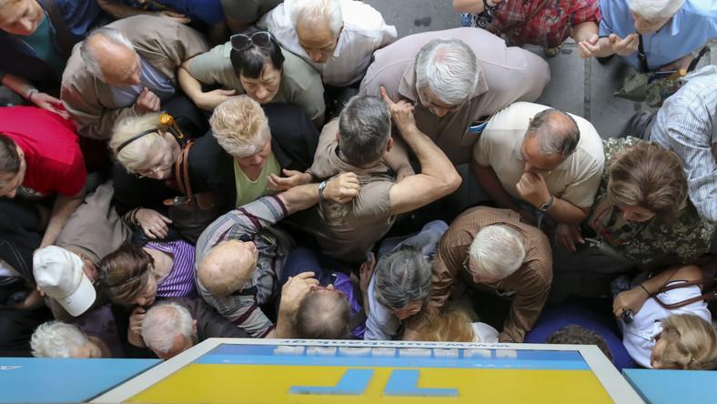 Grecja, Saloniki. Tłumy przed zamkniętym bankiem