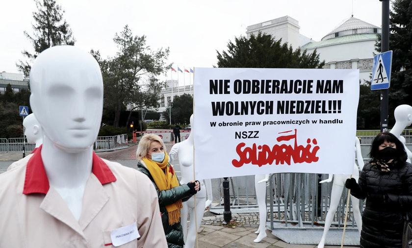 NSZZ Solidarnosc zorganizowala przed Sejmem happening w protescie przeciwko niedzieli handlowej 6 grudnia.