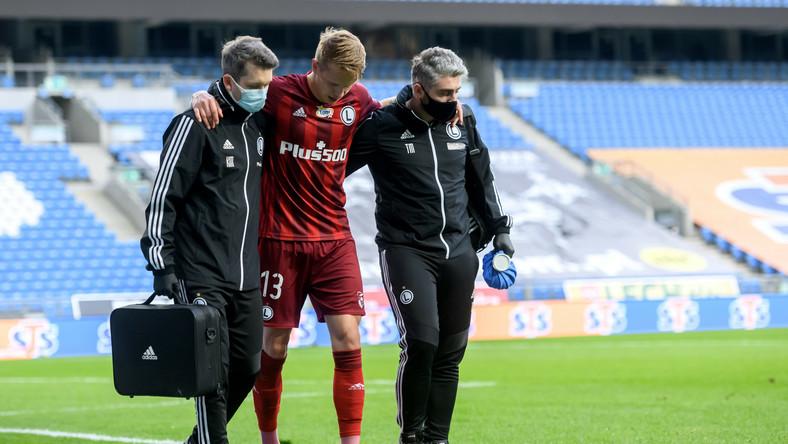 Kontuzjowany piłkarz Legii Warszawa Artem Szabanow (C) schodzi z boiska podczas meczu Ekstraklasy z Lechem Poznań