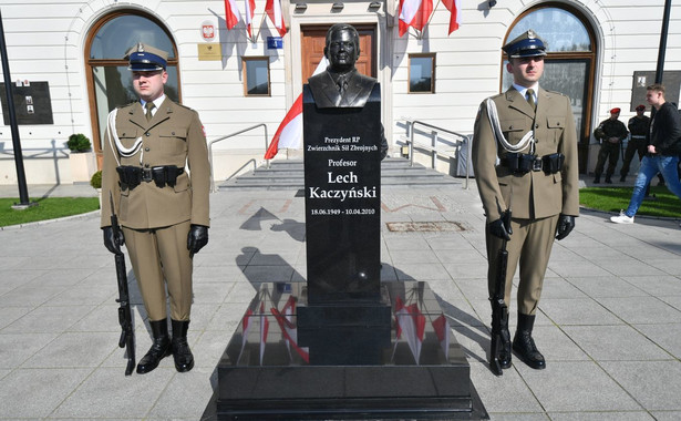 Popiersie Lecha Kaczyńskiego przed budynkiem Dowództwa Garnizonu Warszawa