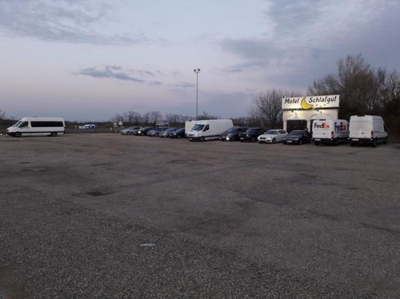 Kombi i petnaestak automobila sa našim državljanima peti dan čeka u mestu Nikelsdorf