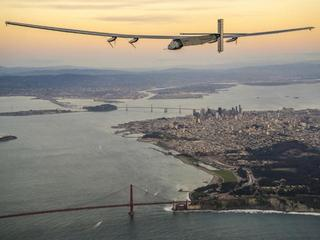 Solar Impulse 2 nad mostem Golden Gate w San Francisco
