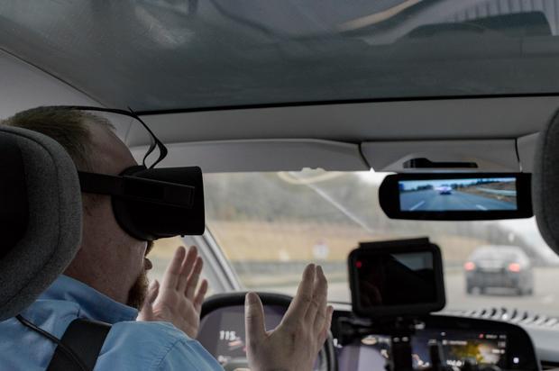 120 km/h na publicznej auostradzie w normalnym ruchu drogowym. Gogle VR na głowie a kierownica i pedały są odsunięte od kierowcy