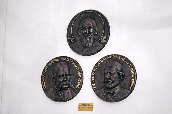 Autor reljefa u bronzi koji, kako je rečeno na svečanosti, simbolizuju srpsko duhovno trojstvo je vajar i pisac Mirko Mrkić Ostroški