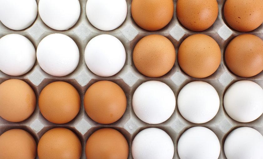 Brązowe czy białe skorupki jajek. Jakie jajka kupować?
