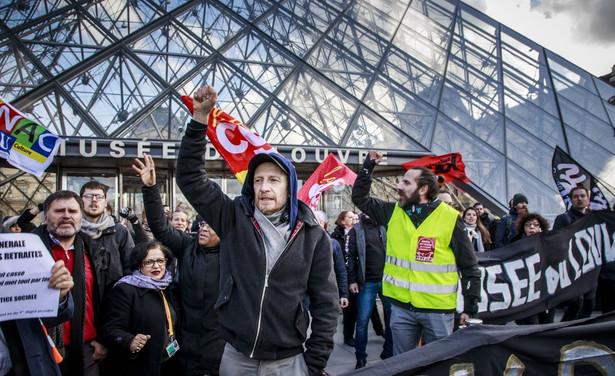 Protest przed Luwrem