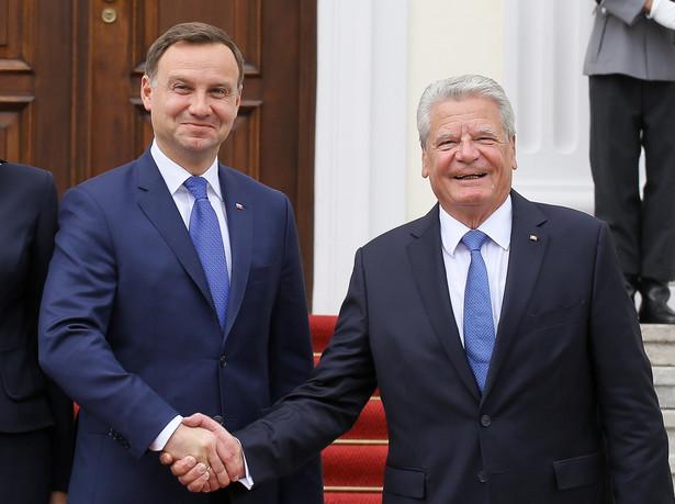 Andrzej Duda przypomniał też, że z falą uchodźców wiąże się też problem zorganizowanej przestępczości, która zarabia na przemycie ludzi