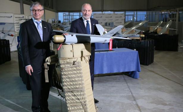 Antoni Macierewicz i prezes Grupy WB Electronics Piotr Wojciechowski podczas spotkania po podpisaniu umowy na dostawy zestawów Amunicji Krążącej WARMATE dla Sił Zbrojnych