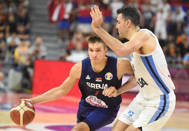 Bogdan Bogdanović u duelu sa Luisom Skolom