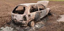 Tragiczny wyjazd na zakupy. Auto ugrzęzło w błocie, na ziemi leżał martwy 84-latek