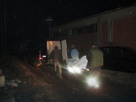 Radnici JKPi Gorica iz Niša odnose telo starice N.S. koje je pronadjeno u dvorištu stare hladnjače