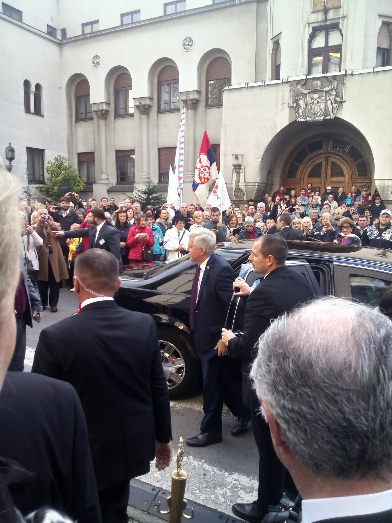 Američki ambasador Kris Stivens stiže sa suprugom