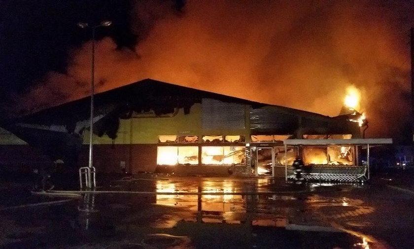 Gigantyczny pożar w Ostrowcu Świętokrzyskim. Spłonął supermarket