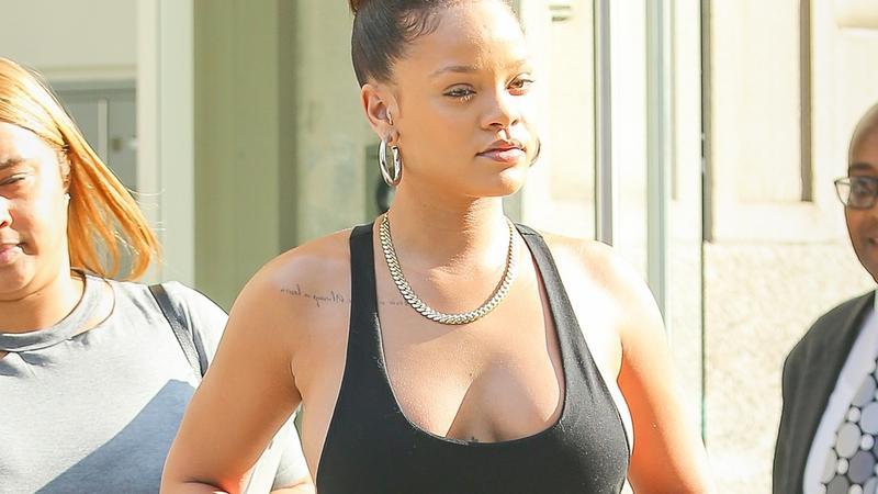 Rihanna cała na czarno z dekoltem
