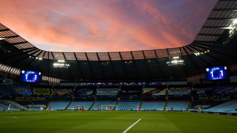 Puste trybuny na Etihad Stadium w Manchesterze