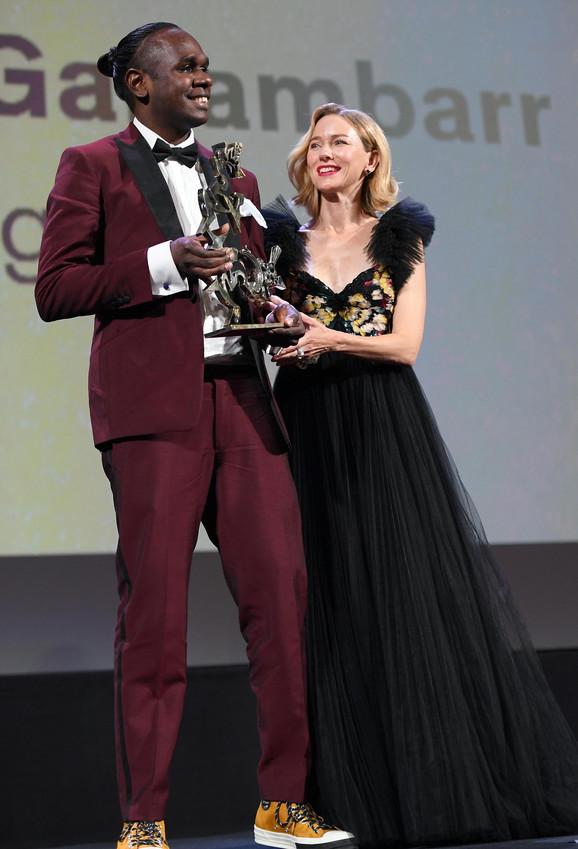 Australijski glumac Bajkali Ganambar prima nagradu od Naomi Vots