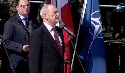 Antoni Macierewicz powitał żołnierzy NATO w nietypowy sposób
