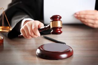 Sędzia nie straci urzędu przez akcje